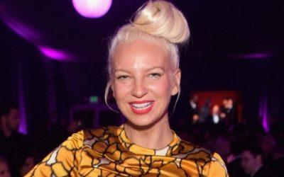 Depois de adotar dois jovens de 18 anos, Sia revela que já é avó