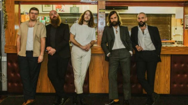 """""""Ultra Mono"""", novo álbum do Idles, estreia no topo da parada britânica"""