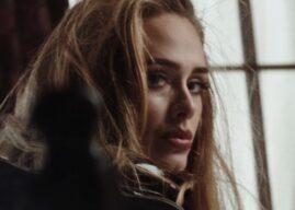 """Adele estreia """"Easy On Me"""" no topo da parada britânica de singles com números impressionantes"""